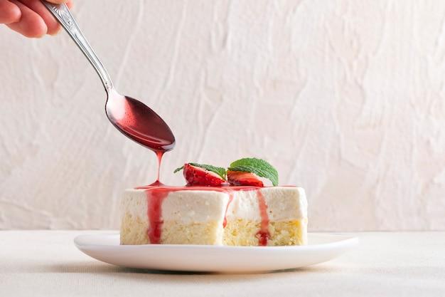 Cheesecake mordu avec du sirop de fruits. dessert classique de new york.