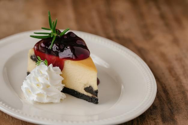 Cheesecake à la myrtille new york et crème fouettée boulangerie maison pour le gâteau d'anniversaire ou un café.