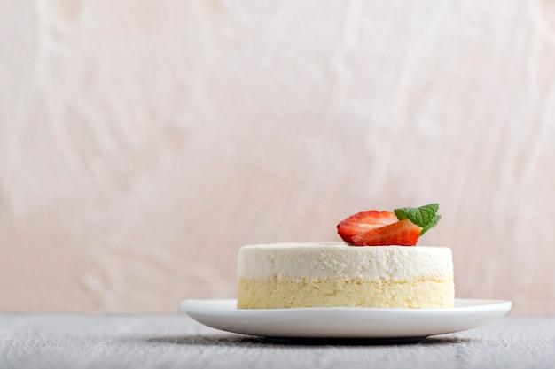 Cheesecake de new york ou cheesecake classique avec des fraises fraîches sur fond clair.