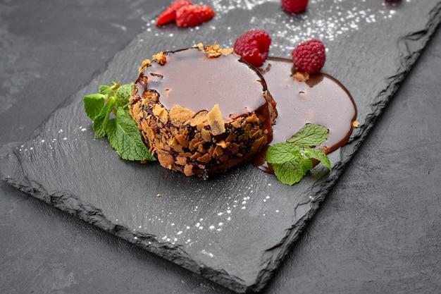 Cheesecake rond au caramel sur fond sombre