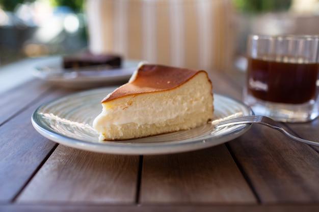 Cheesecake san sebastian tranche sur plat à table de café
