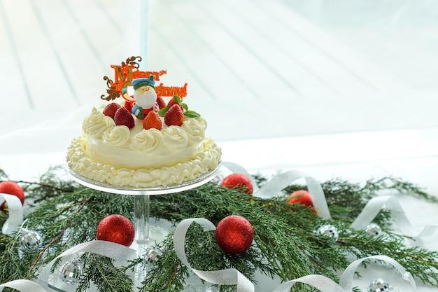 Cheesecake servi avec des décorations de noël.
