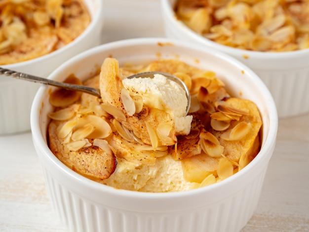 Cheesecake sur une table en bois blanche dans la cuisine. dessert caillé délicat aux pommes