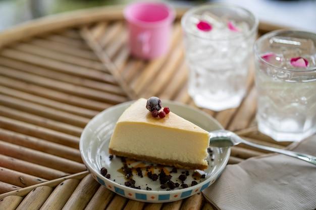 Cheesecake sur table en bois texturé à l'intérieur.