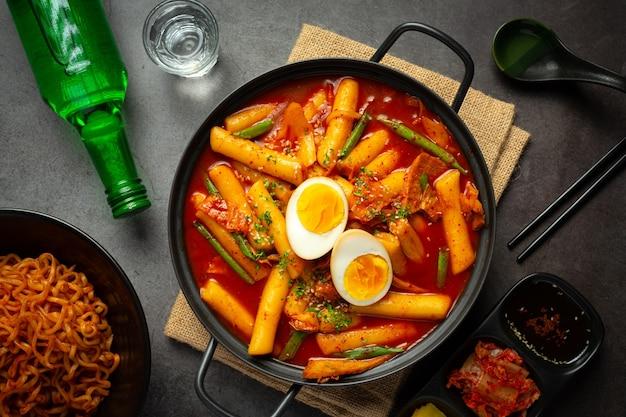 Cheesy tokbokki cuisine traditionnelle coréenne sur fond de tableau noir. plat du déjeuner.