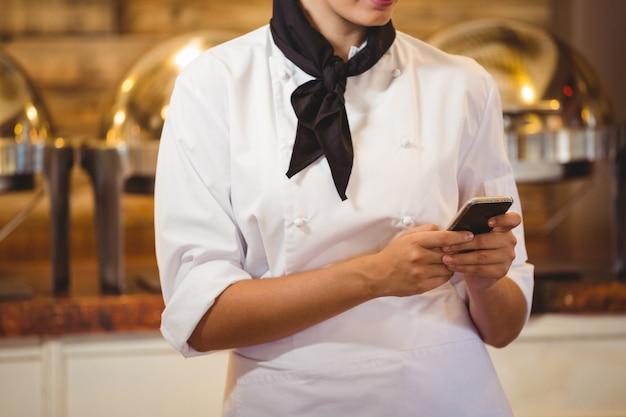 Chef à l'aide d'un smartphone