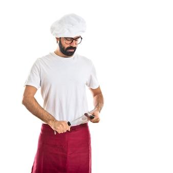 Chef aiguisant un couteau