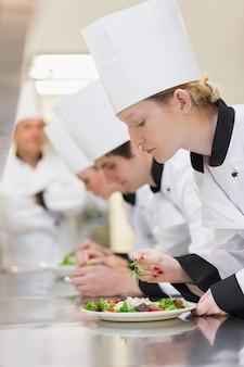 Chef appliquant des touches finales aux salades