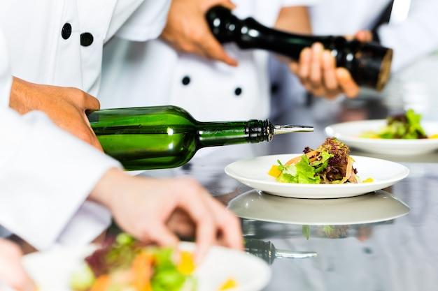 Chef asiatique au restaurant cuisine cuisine