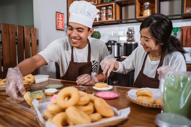 Chef asiatique préparant des beignets faits maison