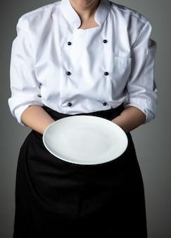 Chef avec assiette vide blanche