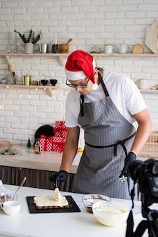 Le chef blogueur enregistre une vidéo pour le blog le chef cuisine un dessert faisant une vidéo pour vlog