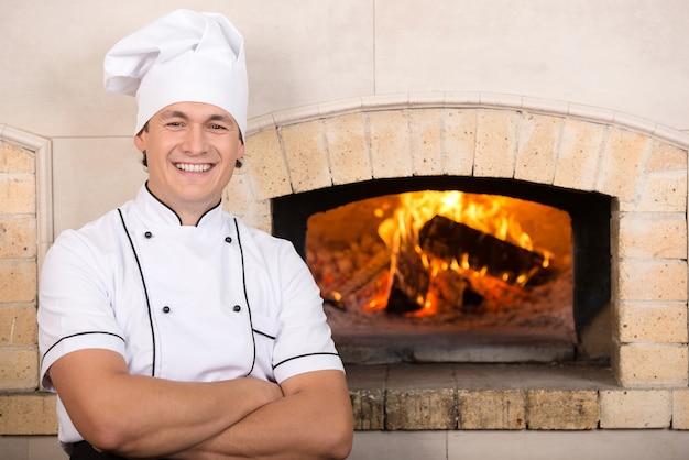 Chef boulanger en uniforme blanc.