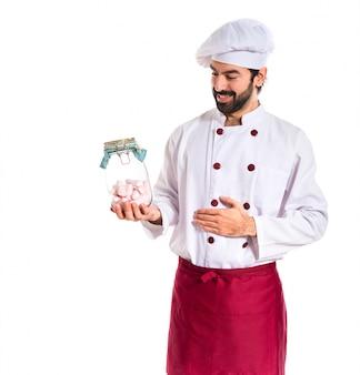 Chef en colère tenant un verre à tarte aux confiseries à l'intérieur