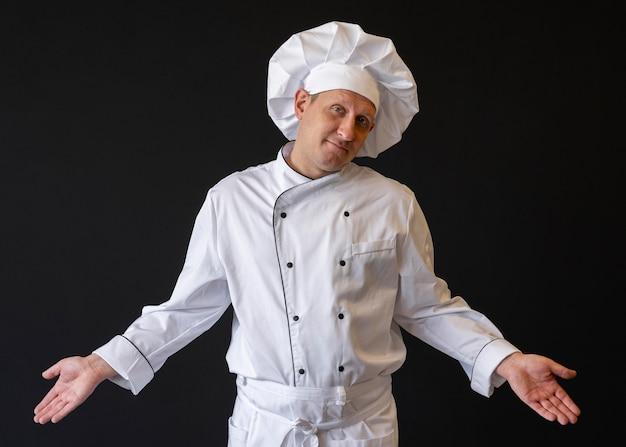 Chef coup moyen portant chapeau