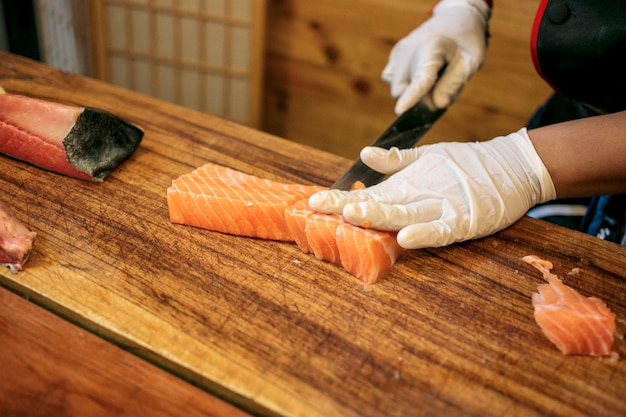 Chef coupe du saumon frais