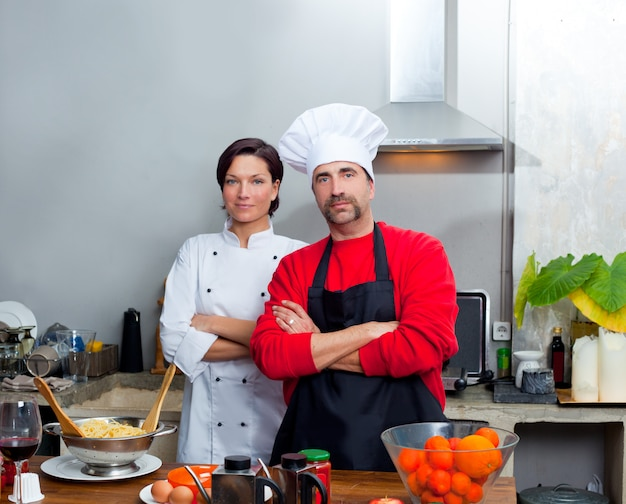 Chef couple homme et femme posant dans la cuisine