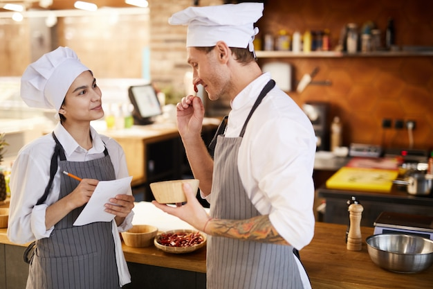 Chef créant des plats