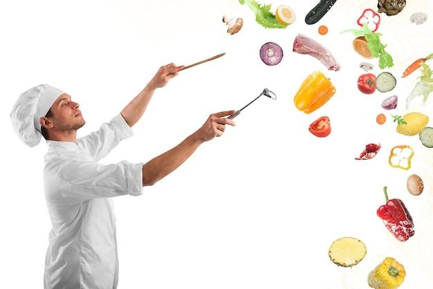 Le chef crée une harmonie musicale avec la nourriture