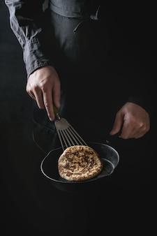 Chef cuisinant des crêpes