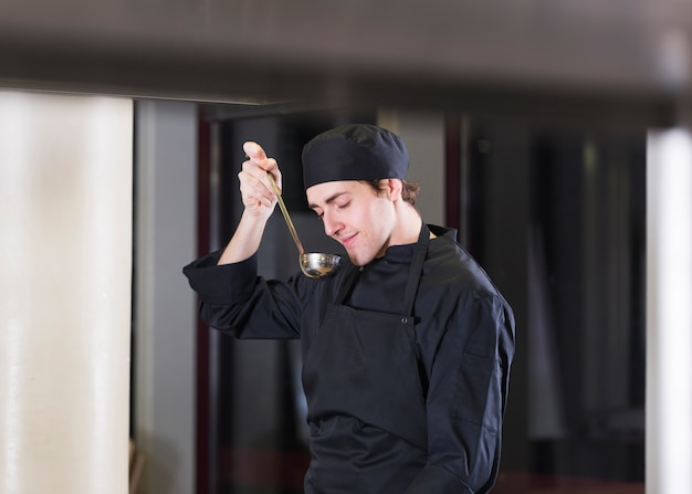 Chef cuisinant une recette