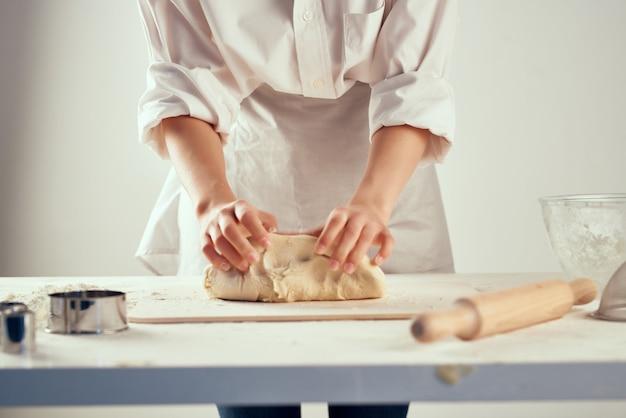 Chef de cuisine pétrissage de la pâte des devoirs professionnels