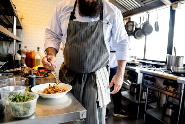 Chef de cuisine travaillant dans la cuisine