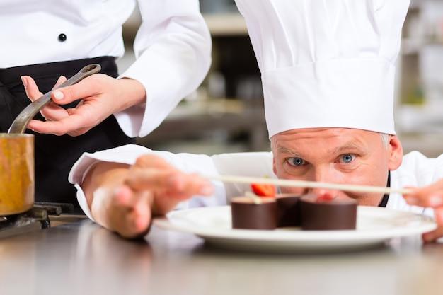 Chef cuisinier au restaurant