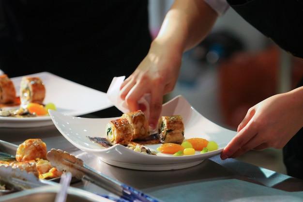 Chef cuisinier, chef préparant un repas, chef décorer un plat dans la cuisine