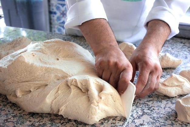 Chef cuisinier travaille avec une pâte à la levure