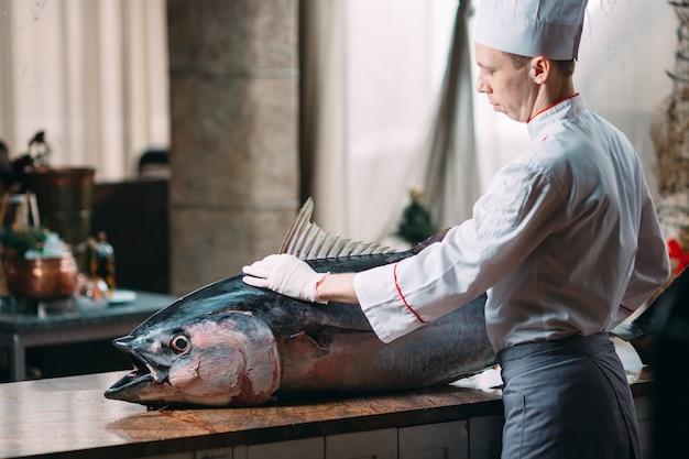 Le chef a découpé un gros thon au restaurant.