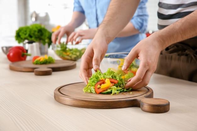 Chef donnant des cours de cuisine en cuisine