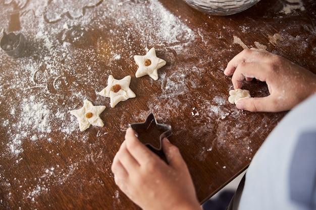 Chef enthousiaste faisant des biscuits en forme d'étoile dans la cuisine