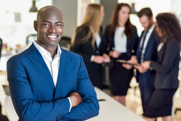 Chef d'entreprise dans un bureau moderne avec des hommes d'affaires travaillant