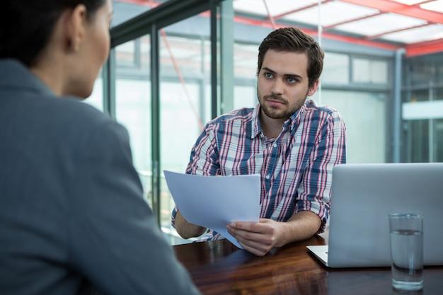 Chef d'entreprise, entretien d'embauche avec femme