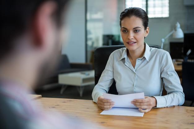 Chef d'entreprise, entretien d'embauche avec l'homme