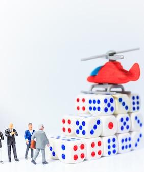 Chef d'entreprise marchant vers l'hélicoptère (hélicoptère) à petits pas du succès