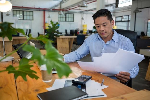 Chef d'entreprise à la recherche de document