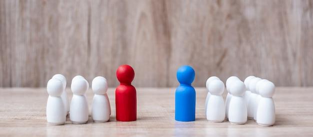 Chef d'entreprise rouge et bleu avec foule d'employé en bois.