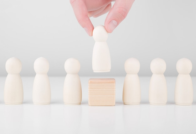 Chef d'équipe efficace. main d'homme d'affaires choisir des gens qui se démarquent de la foule