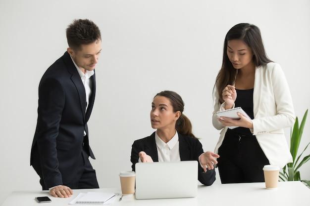 Chef d'équipe formant des collègues au bureau