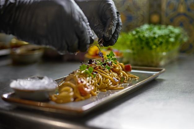 Le chef est décoré avec des herbes fraîches et des plats de fleurs dans le restaurant.