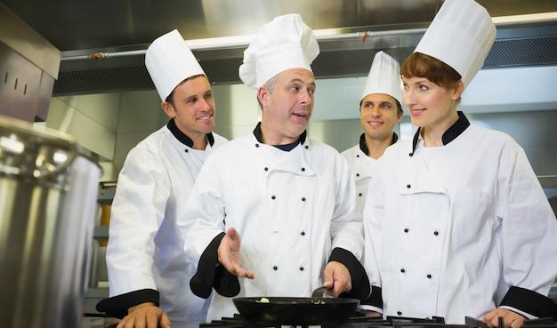Chef expérimenté expliquant la nourriture à ses collègues