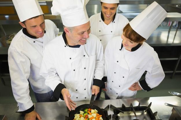 Chef expérimenté montrant pan à ses collègues