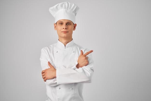 Chef faisant des gestes avec son travail professionnel de restaurant de mains