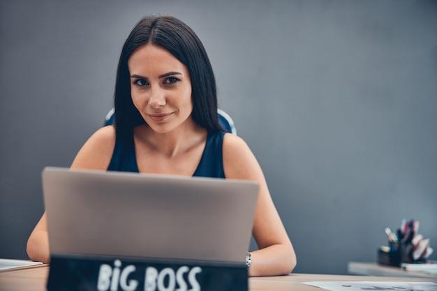 Chef féminin au bureau en regardant la photo avant