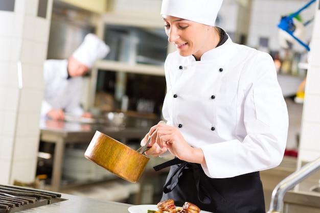 Chef féminin au restaurant cuisine cuisine