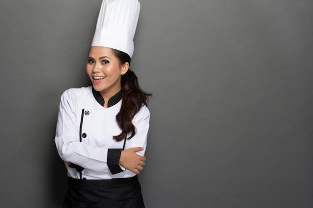 Chef féminin dans un chapeau et un manteau traditionnels