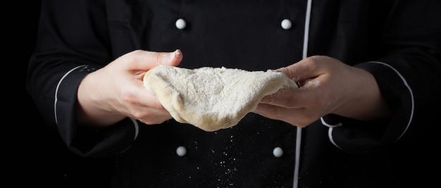 Chef féminin tenant la pâte à la levure.