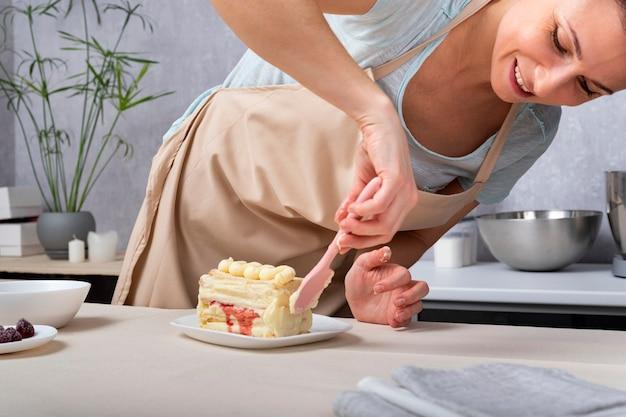 Chef de femme prépare le gâteau. processus de préparation de la confiserie.